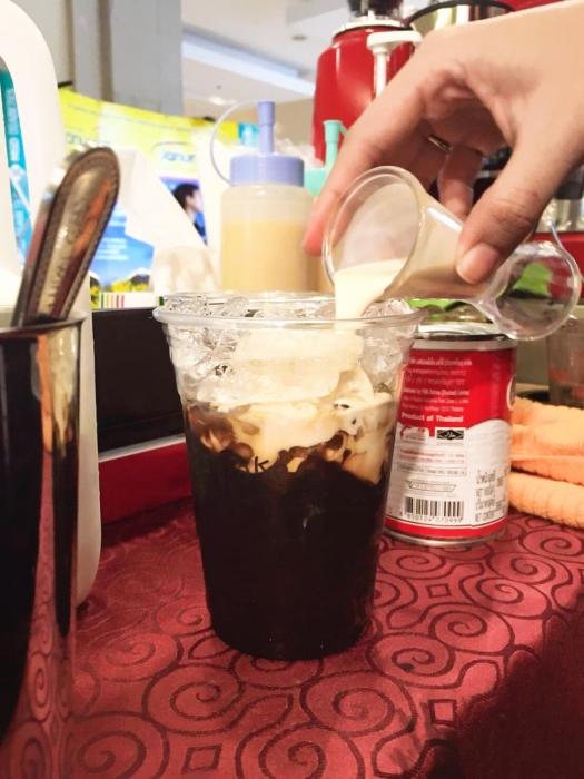 รับออกบูธ จัดอีเว้นท์กาแฟสด ซุ้มเครื่องดื่ม Coffee Break ระดับพรีเมียม ไอศครีมโฮมเมด รับออกงานทุกสถานที่ งานปาร์ตี้ต่าง ๆ จัดประชุมสัมมนา งานเปิดตัวสินค้า งานเลี้ยงสังสรรค์ บริการเครื่องดื่มชง กาแฟสด ชาเย็น อิตาเลียนโซดา กาแฟสดใช้เครื่องคุณภาพสูงทำต่อเนื่อง 100 - 400 แก้ว ใช้กาแฟอาราบิก้าเกรด A ให้บริการโดยทีมงานมืออาชีพ สุภาพ ตรงต่อเวลา สด สะอาด อร่อย ราคาโดนใจ